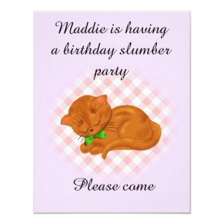 Cartão Partido de descanso do aniversário com o gatinho