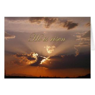 Cartão Páscoa é nuvens douradas aumentadas na páscoa