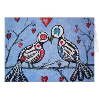 Cartão Pássaros do amor em um dia da árvore do coração do