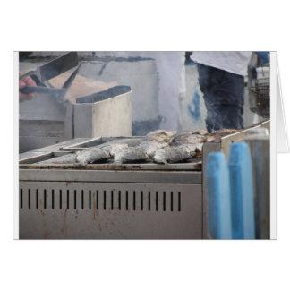 Cartão Peixes do churrasco fora com o fumo que emerge