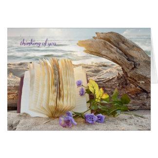 Cartão pensamento do você-jornal e dos rosas na madeira
