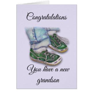 Cartão Pés do bebê nas sapatilhas, neto novo
