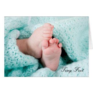 Cartão Pés minúsculos - nascimento no cumprimento novo do
