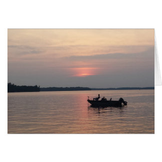 Cartão Pesca do por do sol no lago