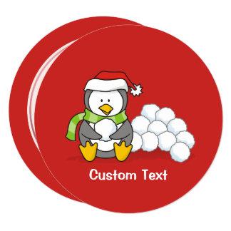 Cartão Pinguim do Natal que senta-se com bolas da neve