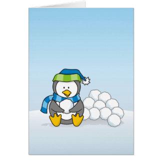 Cartão Pinguim pequeno que senta-se com snowballs