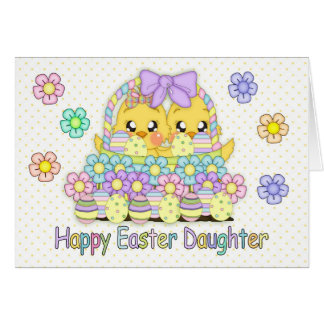 Cartão Pintinhos bonitos da páscoa da filha em uma cesta