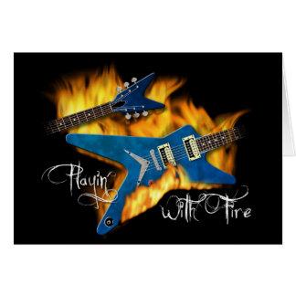 Cartão Playin com guitarra do fogo