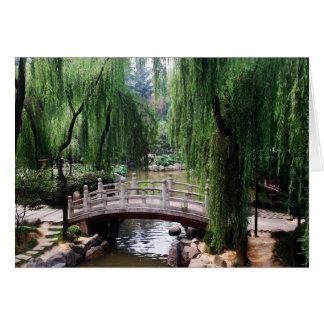 Cartão Ponte arqueada no parque calmo