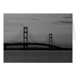 Cartão Ponte de Mackinac no Grayscale do crepúsculo