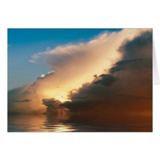 Cartão Por do sol dramático acima do oceano