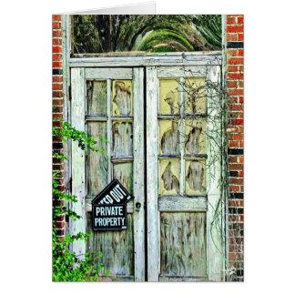 Cartão Porta na construção de velha escola, primaveras de