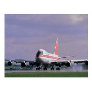 Cartão Postal 747 terras no aeroporto internacional de Pearson,