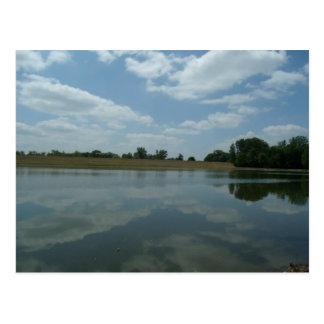 Cartão Postal A água do lago reflete as nuvens brancas macias