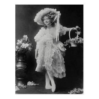 Cartão Postal A bailarina vestiu-se nas camadas de folhos e de