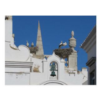 Cartão Postal a construção das cegonhas aninha-se na igreja na