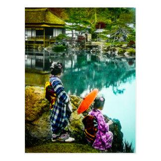 Cartão Postal A gueixa dois aprecia um dia no vintage Japão do
