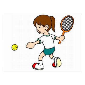 Cartão Postal A menina balança a raquete de tênis
