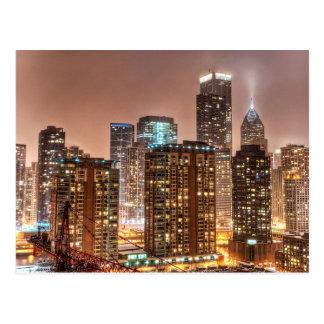 Cartão Postal A neve cai sobre a skyline na noite em Chicago