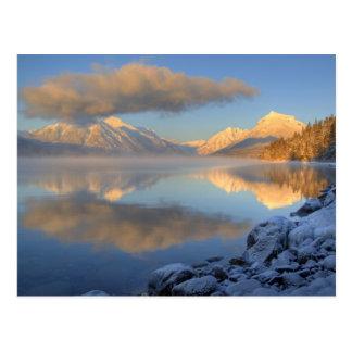 Cartão Postal A névoa aumenta do lago McDonald em um muito frio