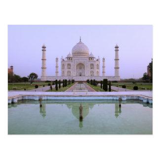 Cartão Postal a opinião do amanhecer do Taj Mahal refletiu