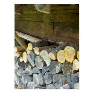 Cartão Postal A pilha de madeira