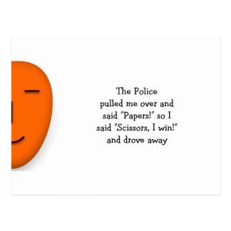 Cartão Postal A polícia balança as tesouras de papel - envie um