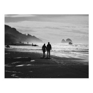 Cartão Postal A praia temático, um casal guardara as mãos