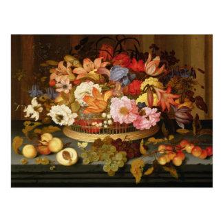 Cartão Postal Ainda vida da fruta e de uma cesta das flores