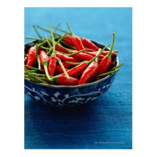 Cartão Postal Ainda vida dos pimentões na bacia na esteira azul