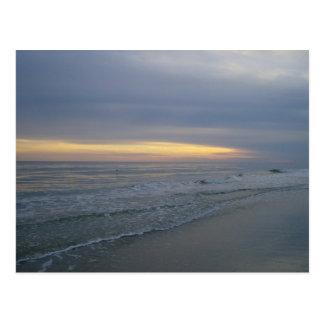 Cartão Postal Ajuste de Sun ao longo do litoral