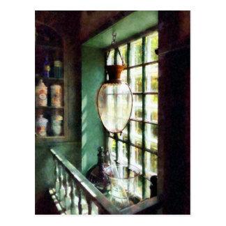 Cartão Postal Almofariz e pilão de vidro no Windowsill