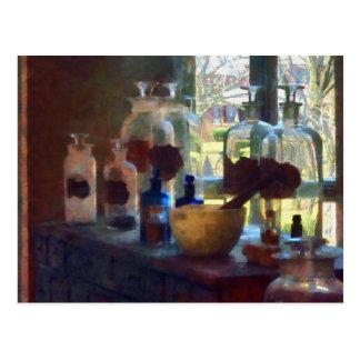 Cartão Postal Almofariz, pilão e garrafas pela janela