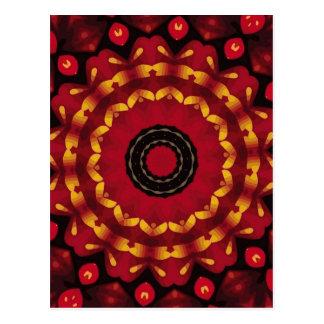 Cartão Postal Anéis do ouro na mandala vermelha