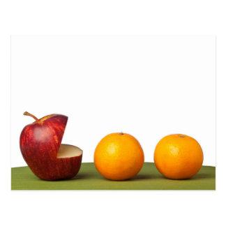 Cartão Postal Apple come a laranja