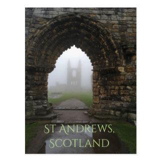 Cartão Postal Arcos da catedral de St Andrews, Scotland na névoa