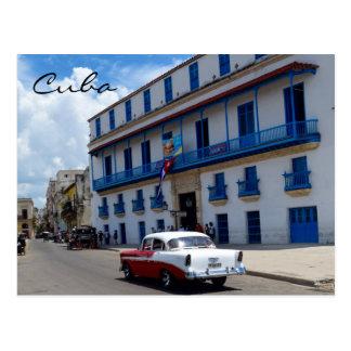 Cartão Postal Arquitetura colorida do carro clássico de Cuba