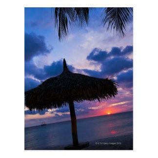 Cartão Postal Aruba, silhueta do palapa na praia no por do sol 2