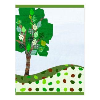 Cartão Postal Árvore colorida bonito dos retalhos e colinas