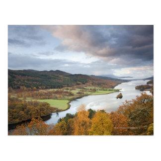Cartão Postal Árvores do outono e Loch Faskally, Pitlochry