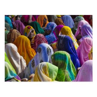 Cartão Postal As mulheres em saris coloridos recolhem junto