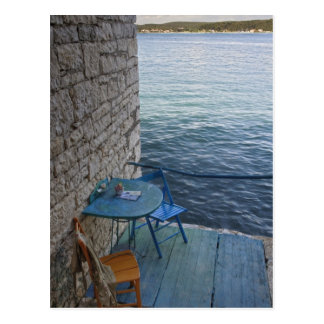 Cartão Postal Assento do perto do oceano para dois no café