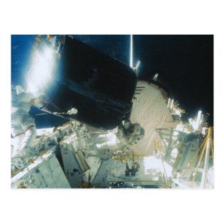 Cartão Postal Astronautas que reparam um satélite no espaço