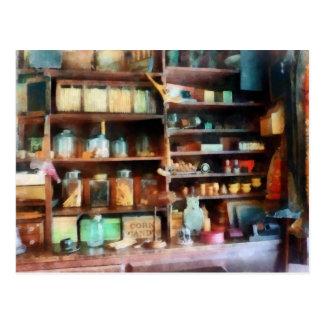 Cartão Postal Atrás do contador na loja geral