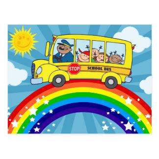Cartão Postal Auto escolar que conduz em um arco-íris