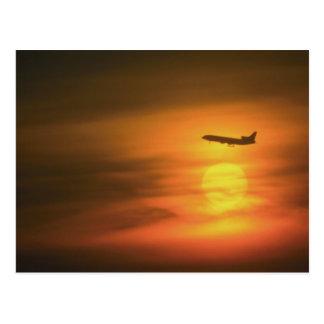 Cartão Postal Avião de passagem no por do sol, na rota a