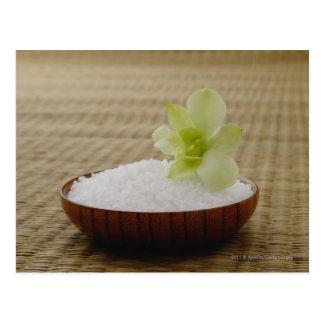Cartão Postal Bacia de arroz com uma flor em uma esteira de