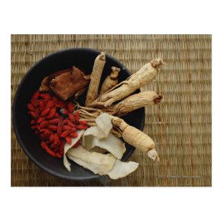 Cartão Postal Bacia enchida com as ervas medicinais chinesas
