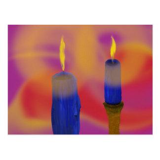 Cartão Postal Backgroun vermelho e roxo das velas azuis do