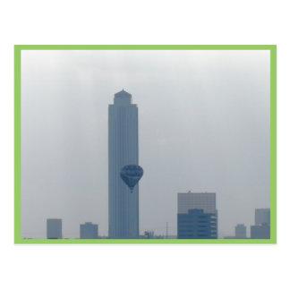 Cartão Postal Balão de ar quente que passa pela torre da energia